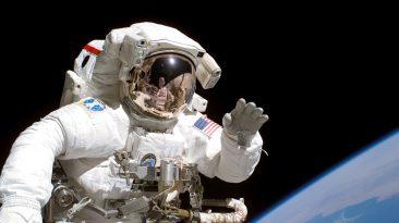 kosmonauta w przestrzeni kosmicznej