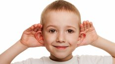 chlopiec słucha nadstawia uszu