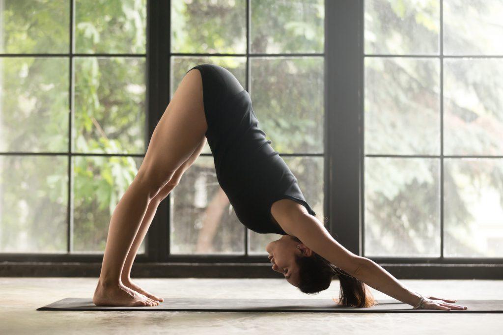 Ćwiczenia na ból pleców - pozycja pies z głową w dół z jogi