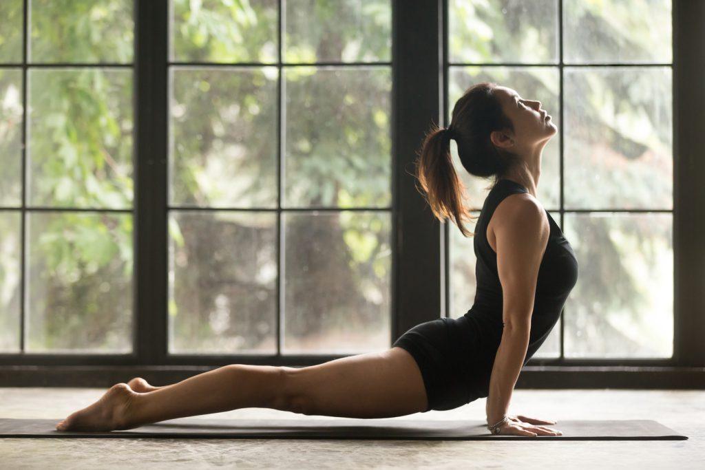 Ćwiczenia na ból pleców - pozycja pies z głową w górę z jogi