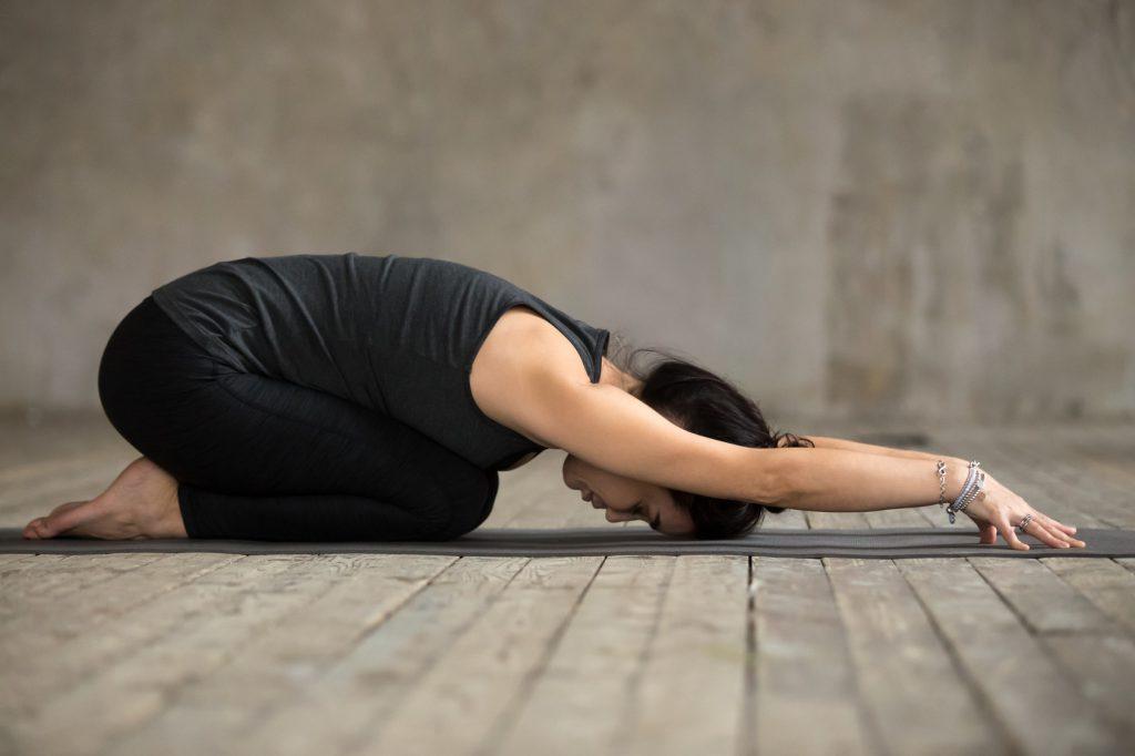 Ćwiczenia na ból pleców - pozycja dziecka z jogi