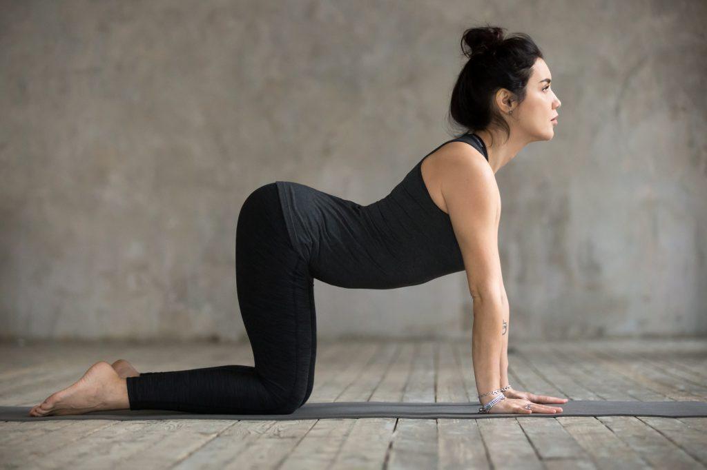 Ćwiczenia na ból pleców - pozycja krowy z jogi