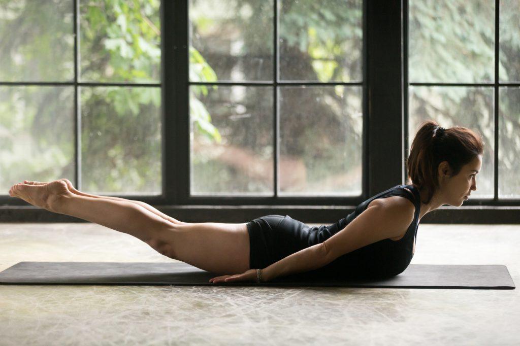 Ćwiczenia na ból pleców - pozycja świerszcza z jogi