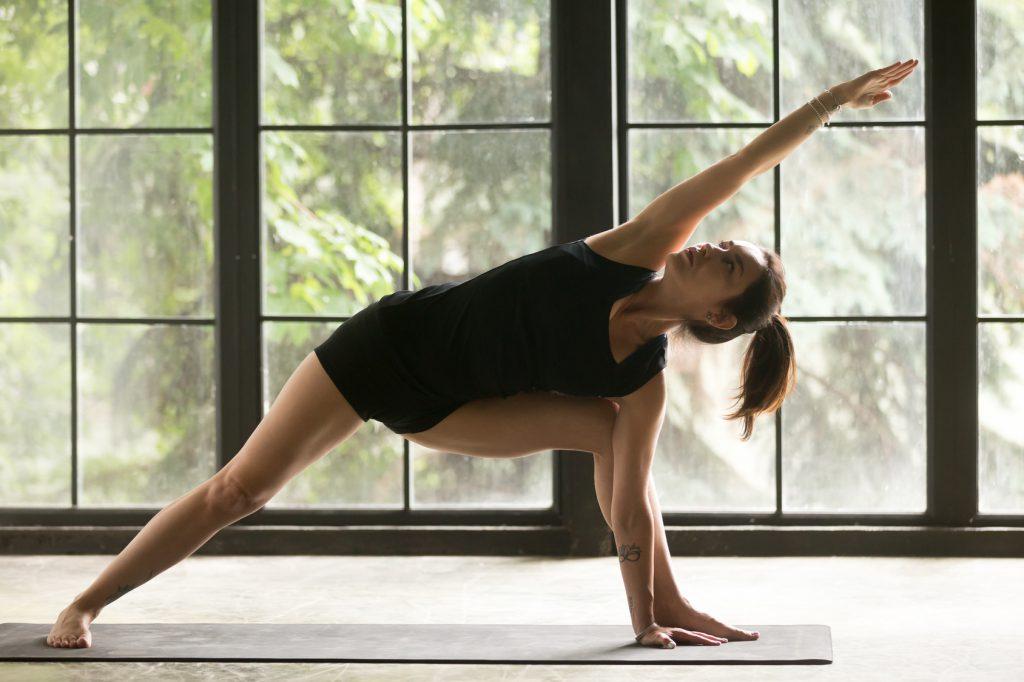 Ćwiczenia na ból pleców - pozycja wyciągniętego kąta z jogi