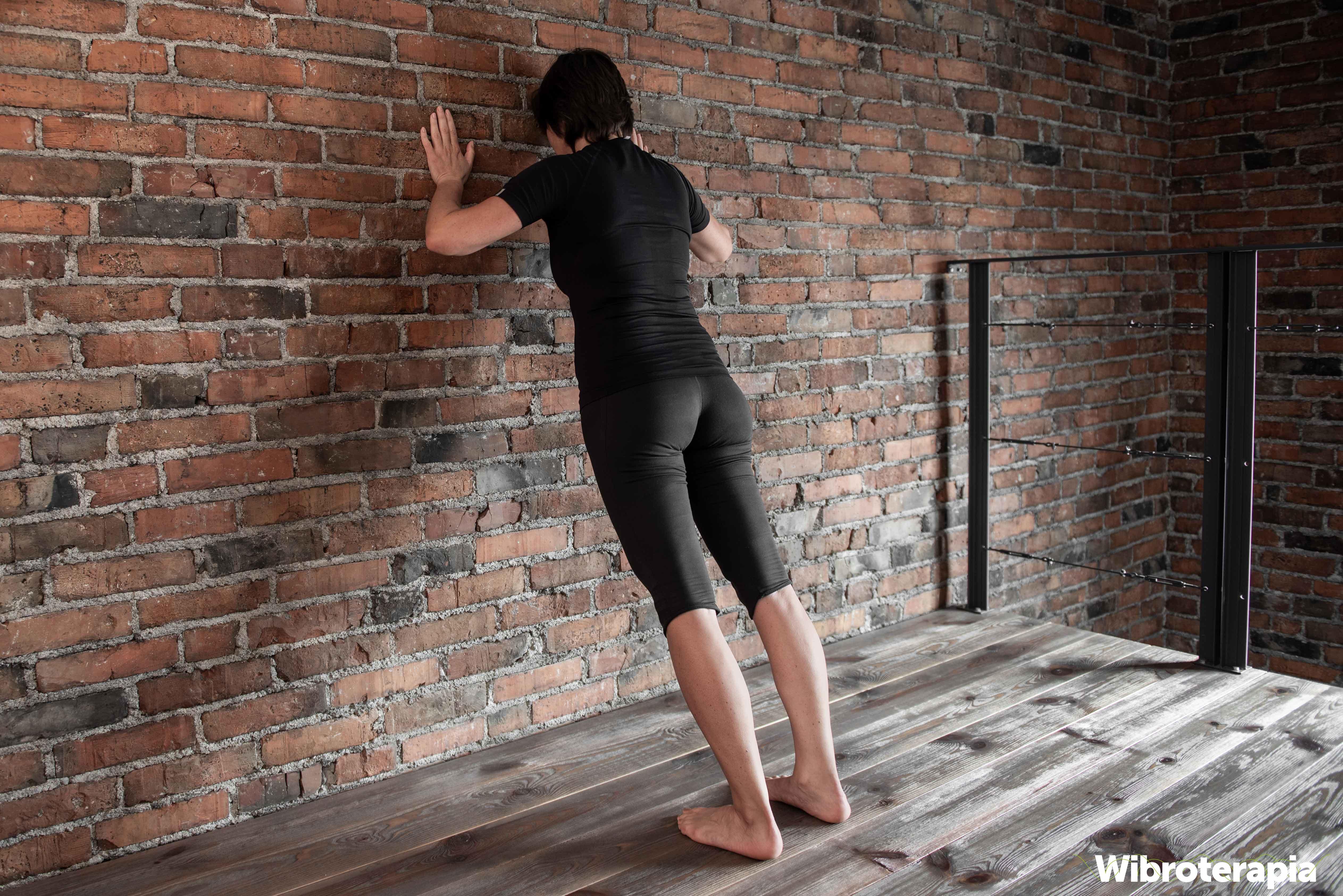 Ćwiczenia na ból kręgosłupa piersiowego - pompki przy ścianie