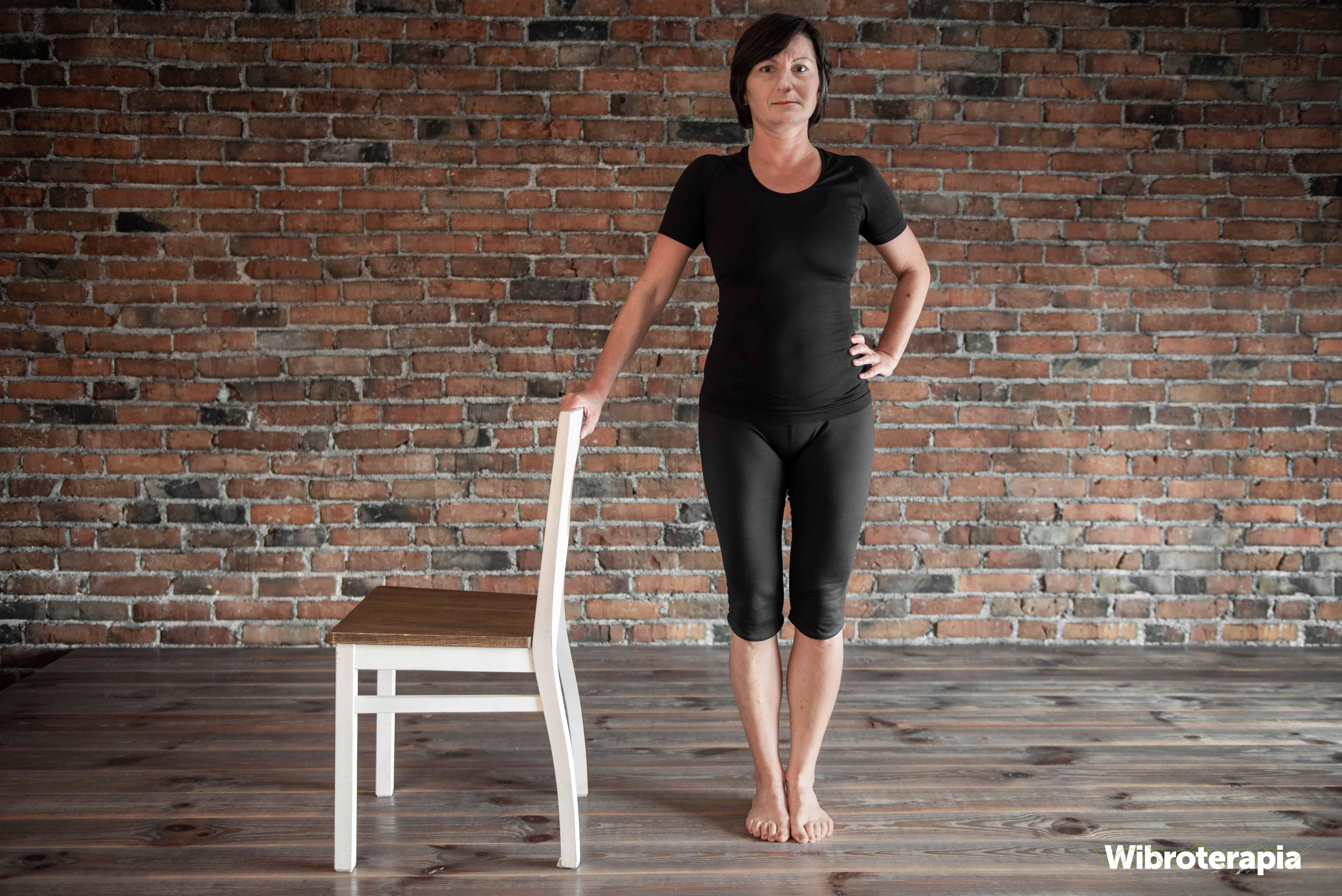 Ćwiczenia na biodra przy krześle - pozycja wyjściowa