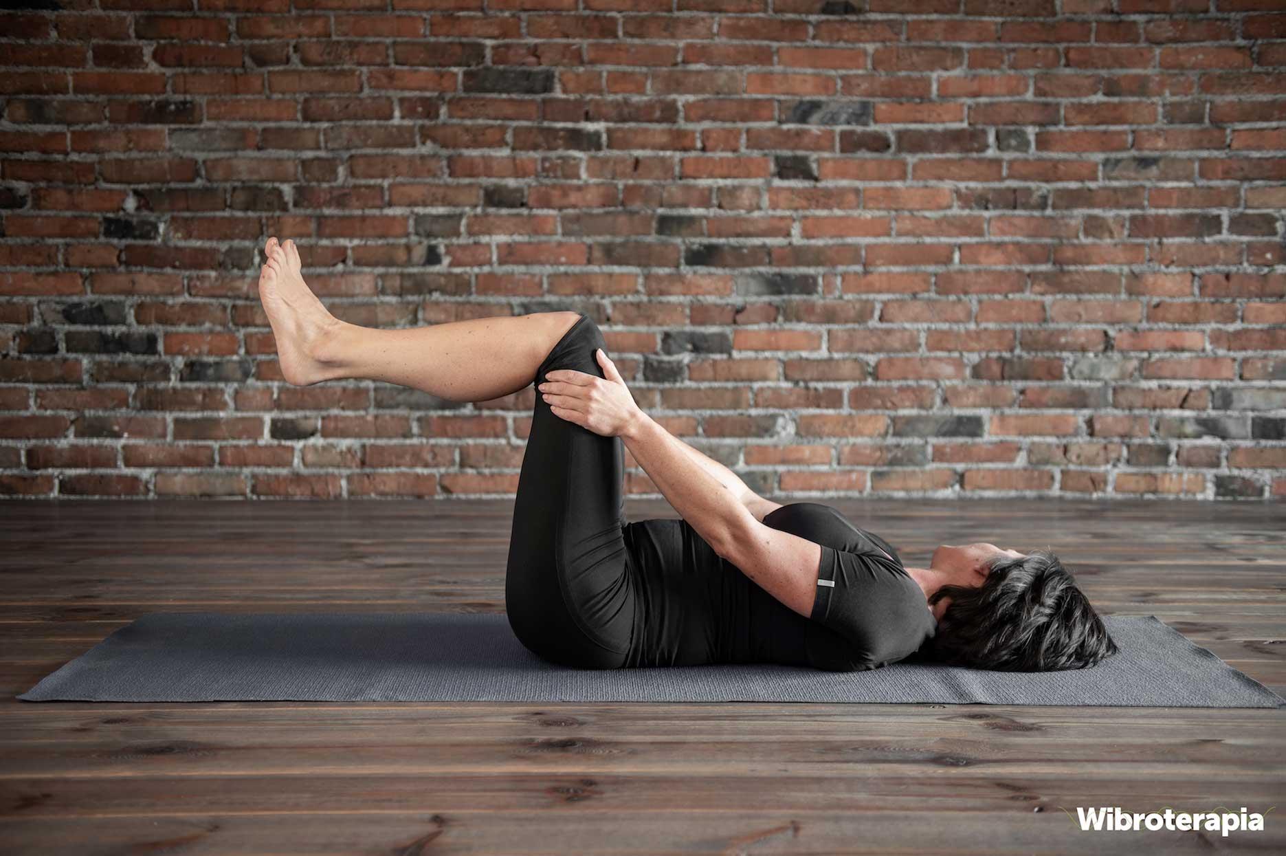 Ćwiczenia na ból kręgosłupa - przyciąganie nóg