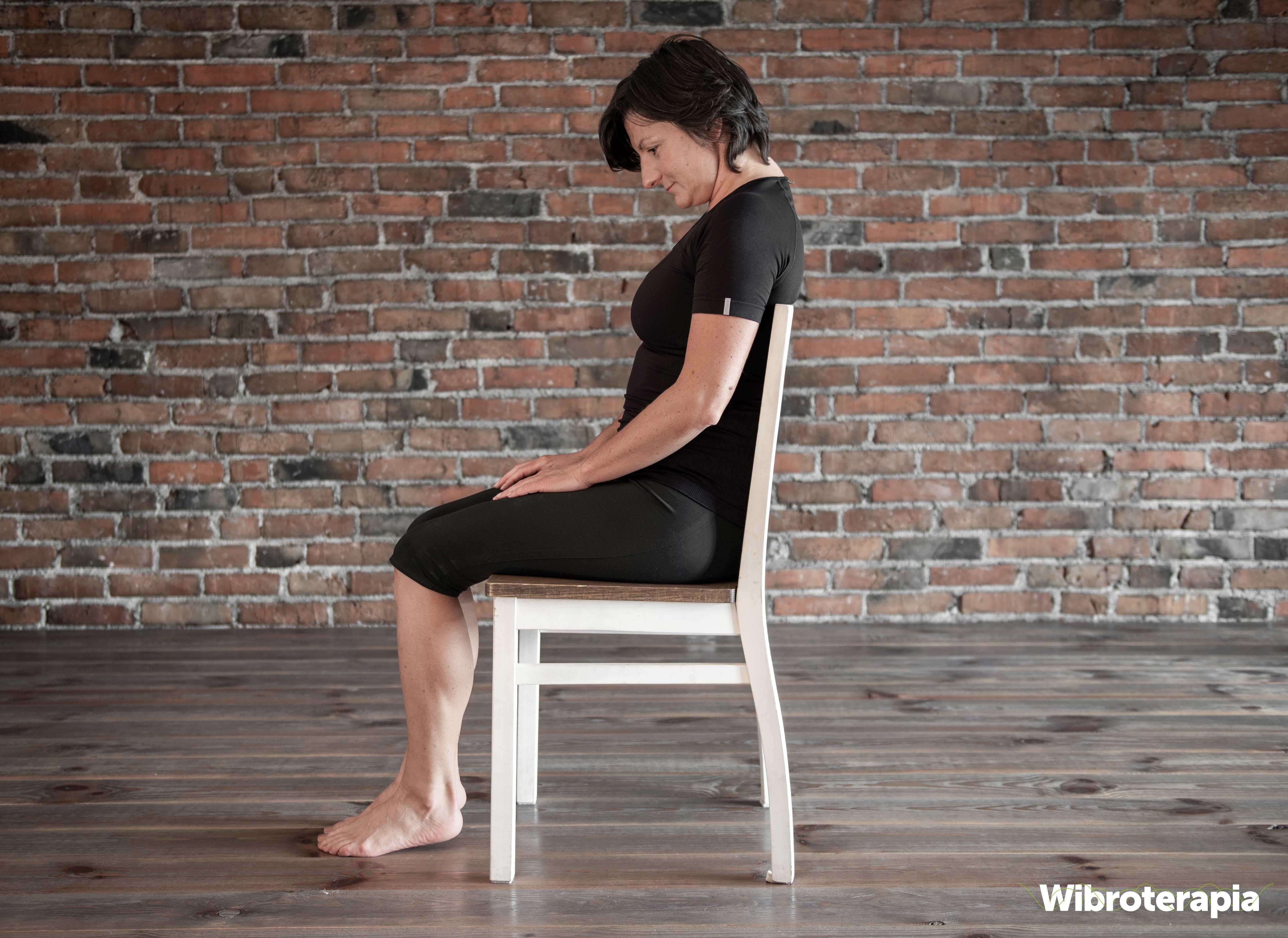 Ćwiczenia na ból szyi i karku - przyciąganie podbródka do klatki piersiowej