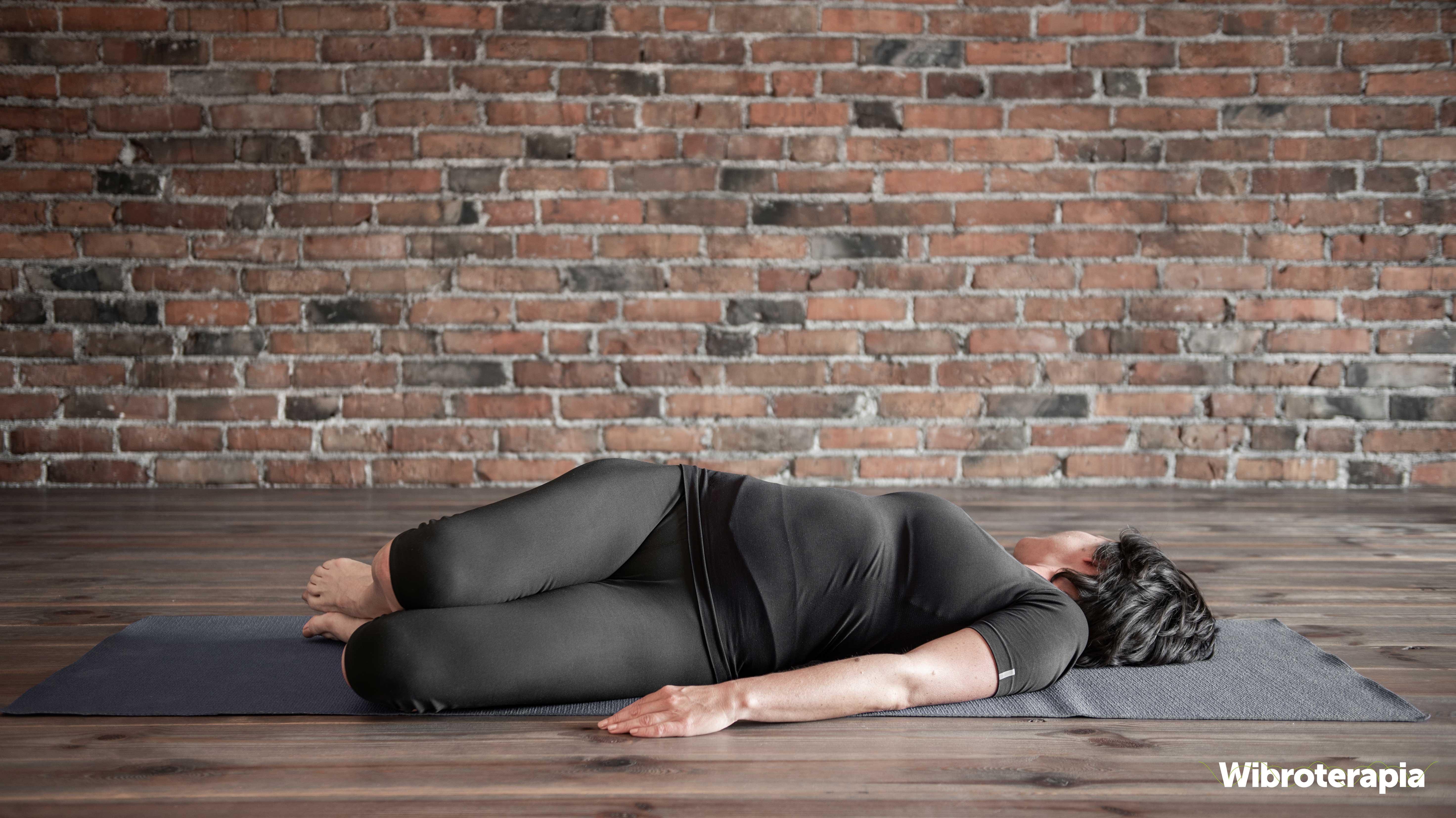Ćwiczenia na ból biodra - skręt bioder podczas leżenia