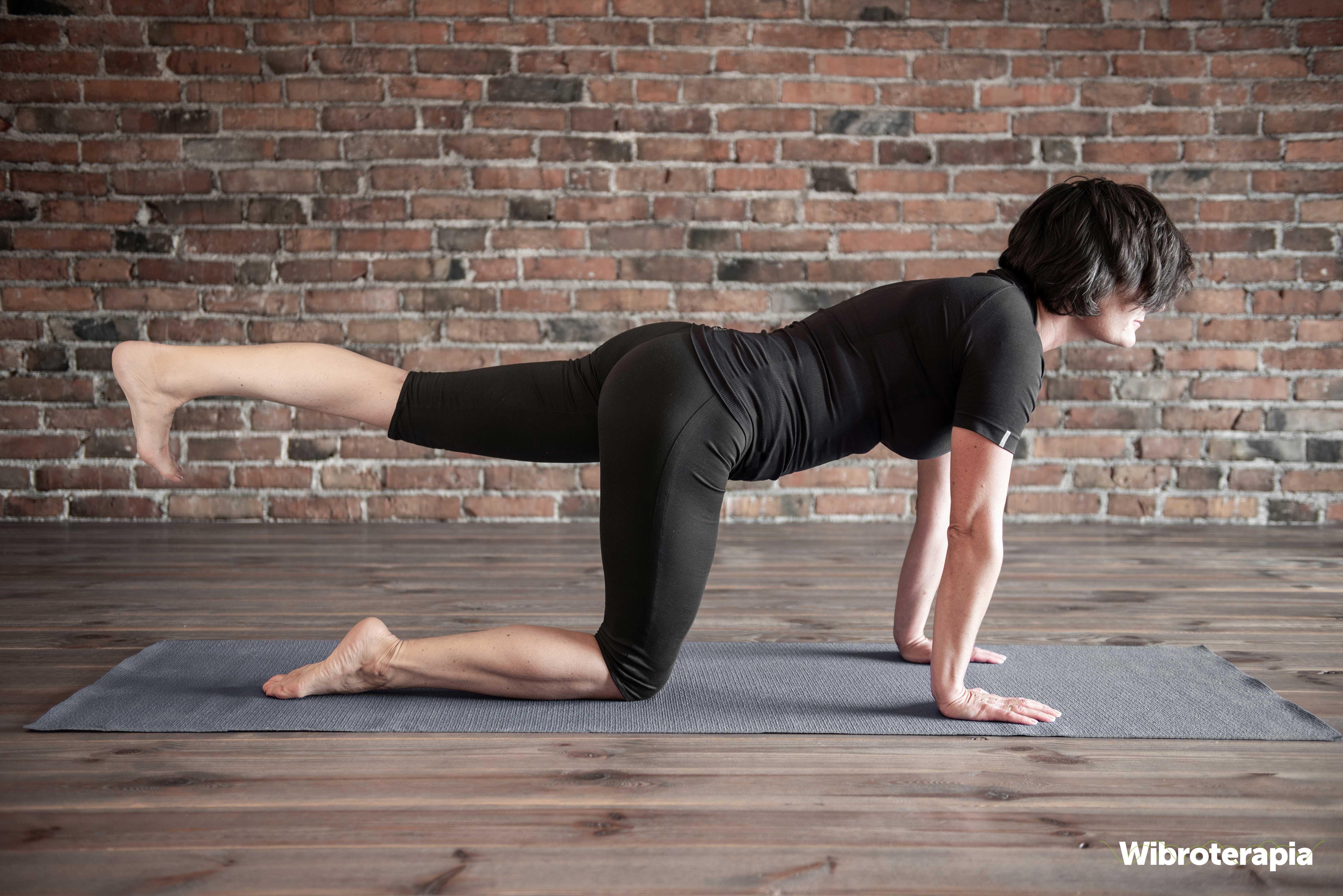 Ćwiczenia na ból kręgosłupa - unoszenie nogi w klęku podpartym