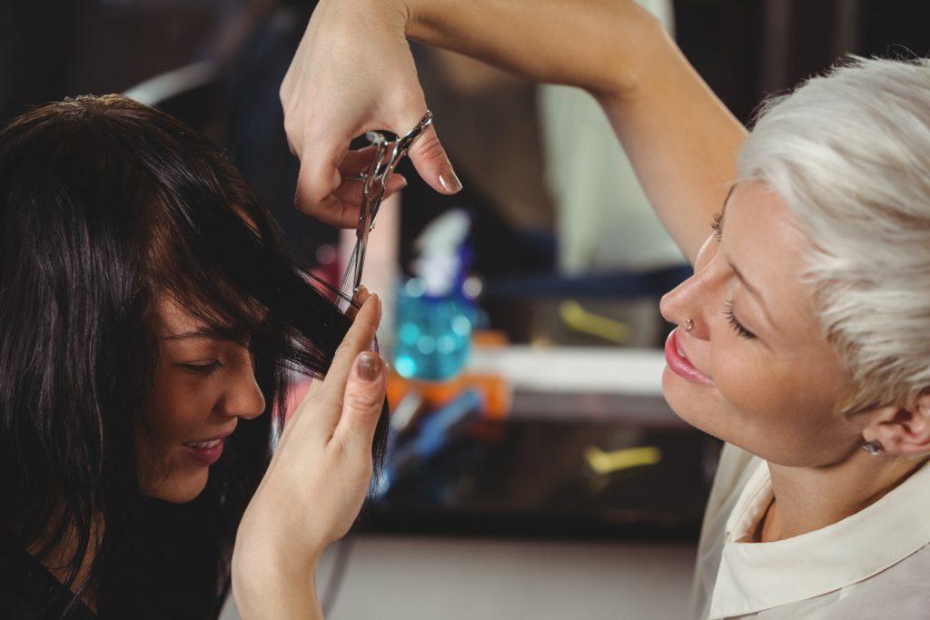 Fryzjerzy - grupa zawodowa, w której często występują bóle pochodzące od kręgosłupa