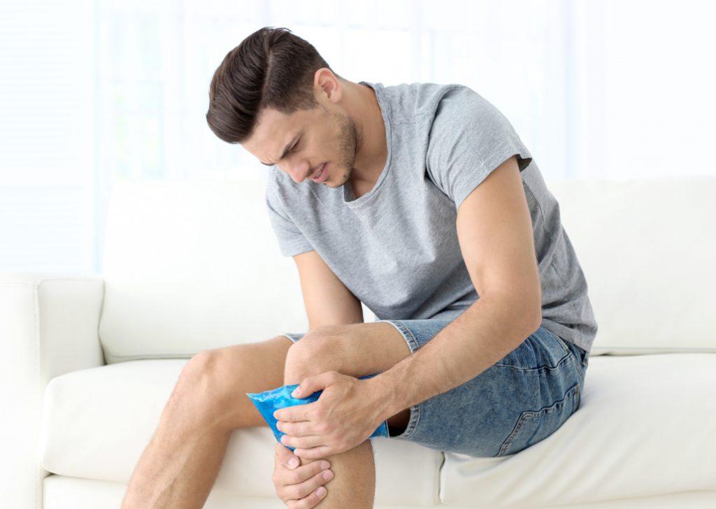 Chłodzący kompres na bolące kolano